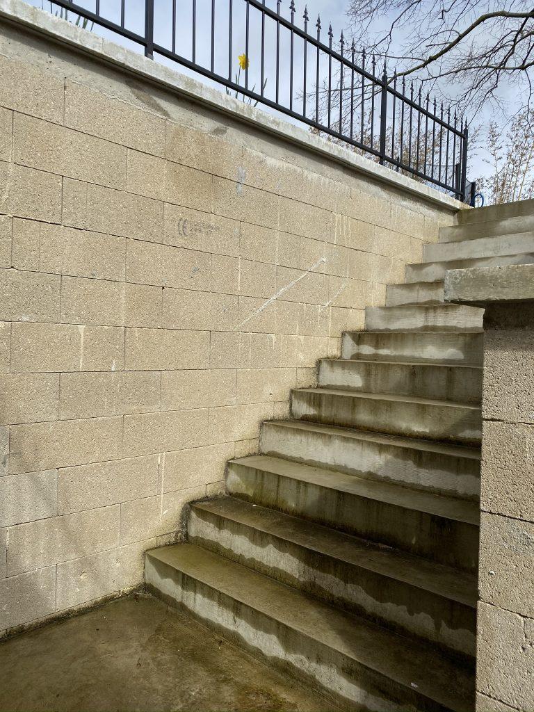 Mur descente escaliers avant